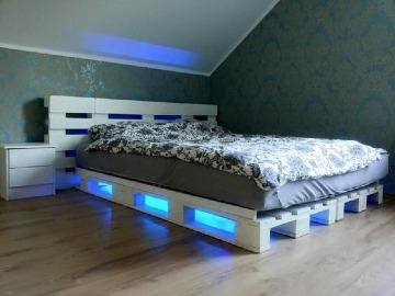 camas hechas con tarimas iluminadas