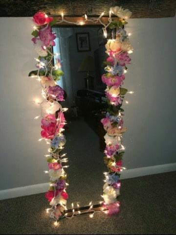 espejos decorados con flores y luces