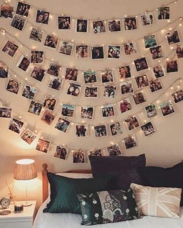 fotos en la pared de la habitacion con luces