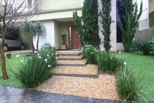 jardines de entrada de casa elegante