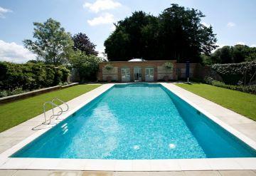 casas de lujo con piscina y jardin grandes