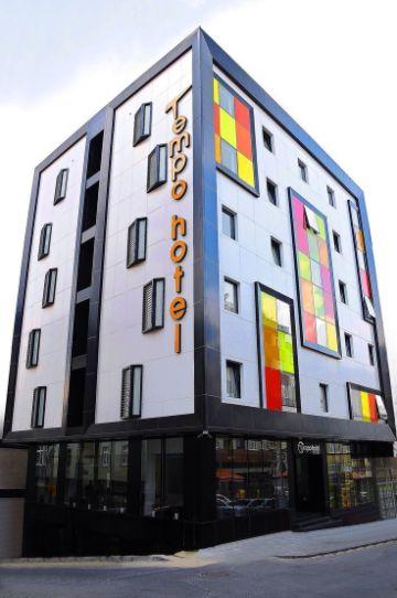 fachadas de bares y restaurantes en edificios
