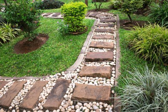 decoracion jardines con piedras grandes con camino