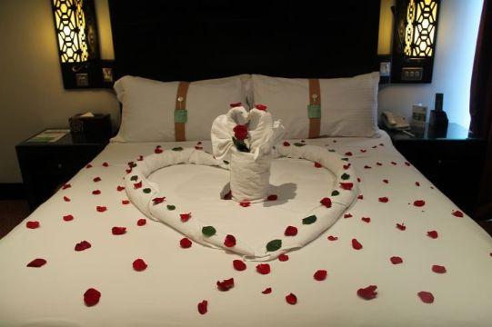 decoraciones romanticas en habitaciones con petalos