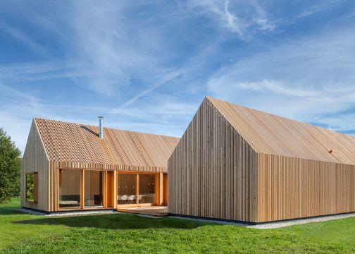 fachadas de casas de madera en campo