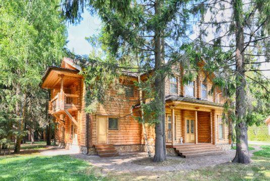 casas de campo de madera de dos pisos