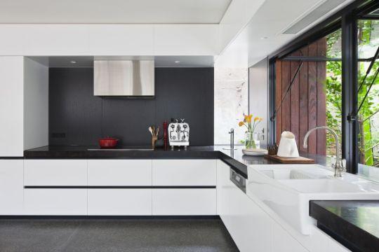 cocinas blanco con negro minimalista