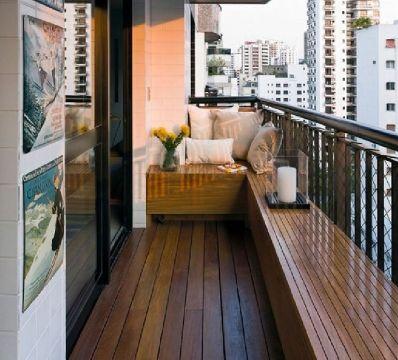 balcones de casas sencillas con bancas de madera