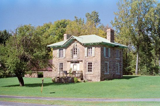 casas coloniales antiguas con un gran jardin