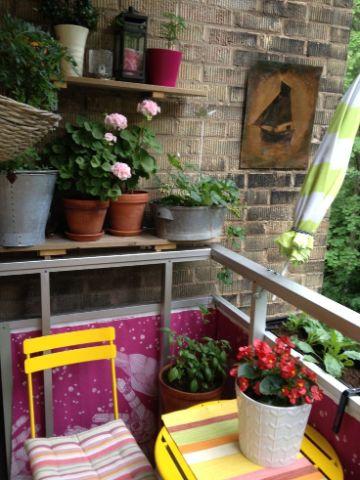 decoracion de balcones pequeños con plantas y repisas