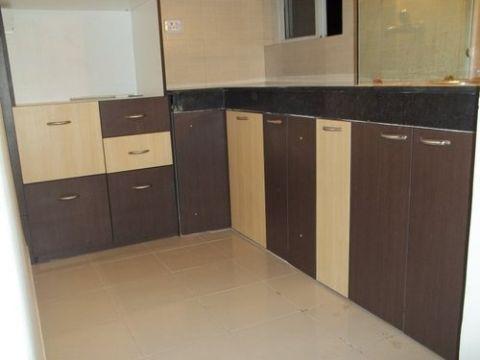 estantes de madera para cocina con puertas y diferentes tamaños
