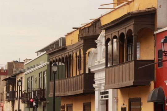 balcones coloniales en madera pilares y techos