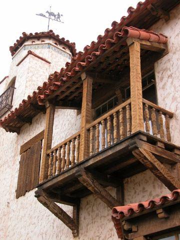 balcones coloniales en madera tejas