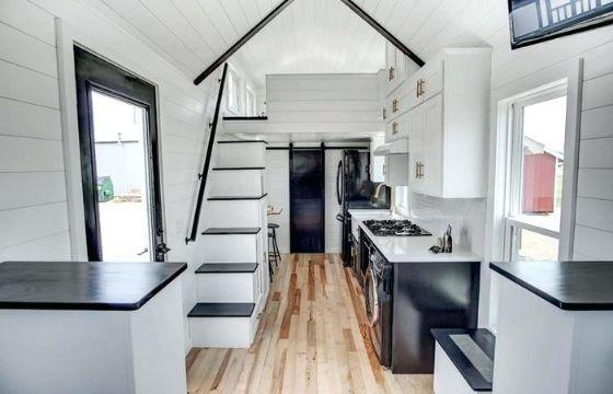 casa de dos pisos de madera pequeñas desde el interior
