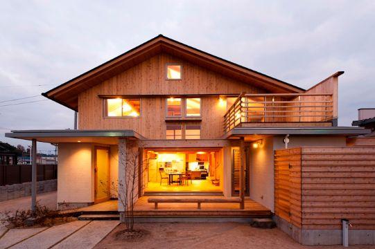 casa de dos pisos de madera vista exterior