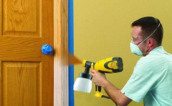 como pintar una puerta de madera con compresores