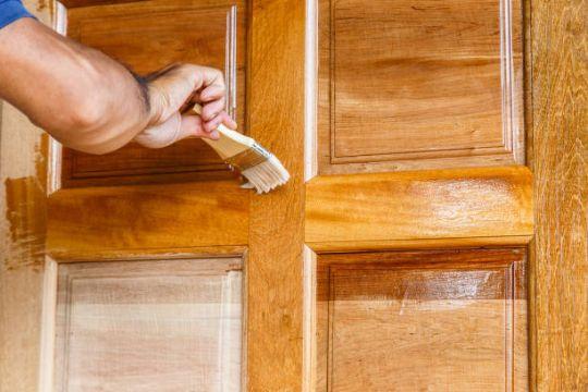 como pintar una puerta de madera lacas y protectores