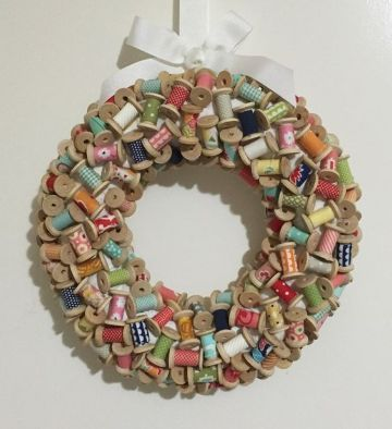 coronas navideñas recicladas con soportes de hilos