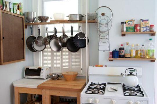 como organizar la cocina pequeña repisas con ganchos