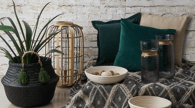 decorar cestas de mimbre con plantas de colores