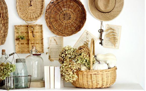 decorar cestas de mimbre con plantas estilo rustico