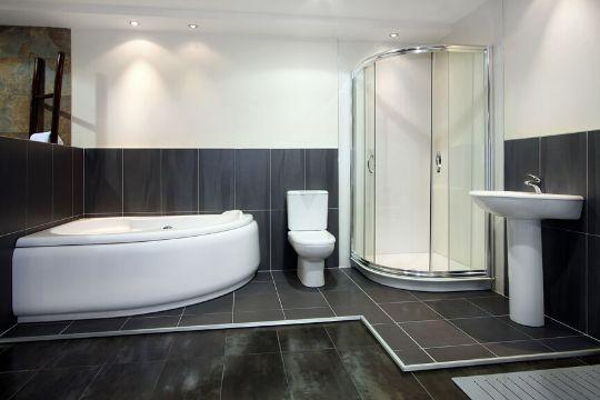 baños con piso negro dos tipos de recubrimientos