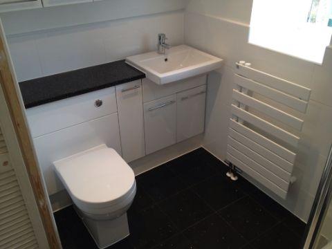 baños con piso negro pequeños