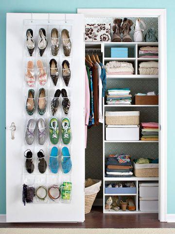 como organizar un closet pequeño uso de la puerta