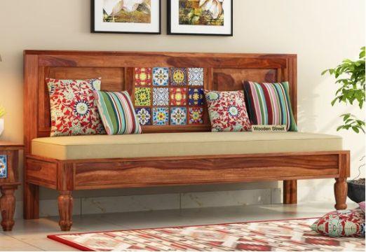 salas de madera con cojines coloridos