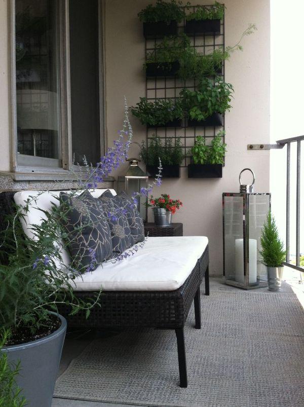 terrazas pequeñas modernas con sillones y flores