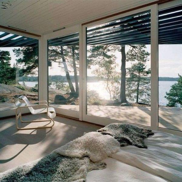 casas con ventanas grandes en todo el cuarto