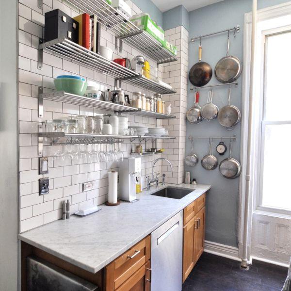 como ordenar una cocina pequeña usando los muros