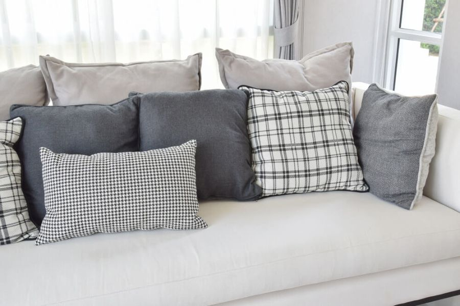 cojines para sofa gris cuadriculados