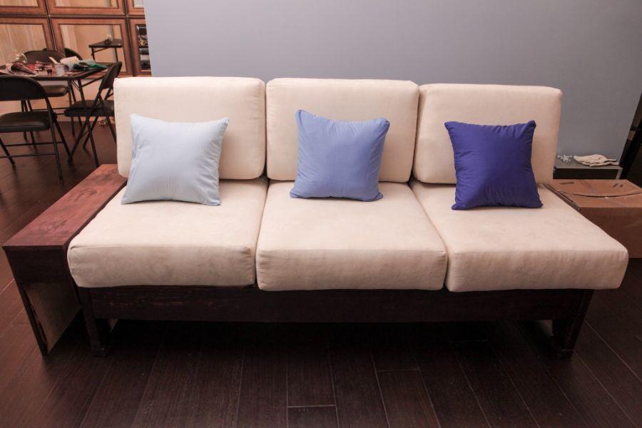 almohadones para sillones de madera de colores