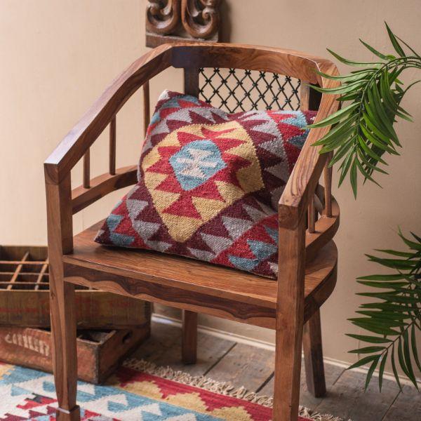 sillones de madera con cojines coloridos