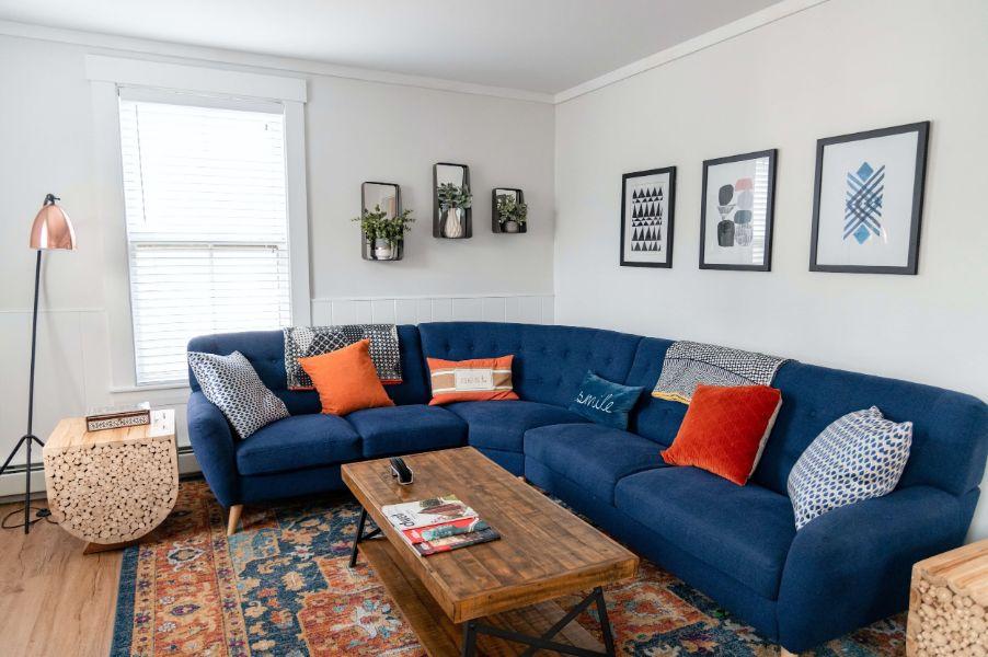 como decorar una esquina de la sala con muebles