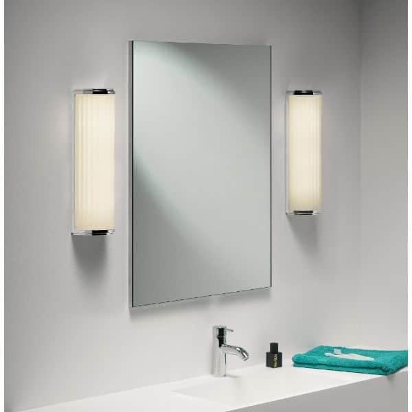 lamparas de baño de pared al costado de los espejos
