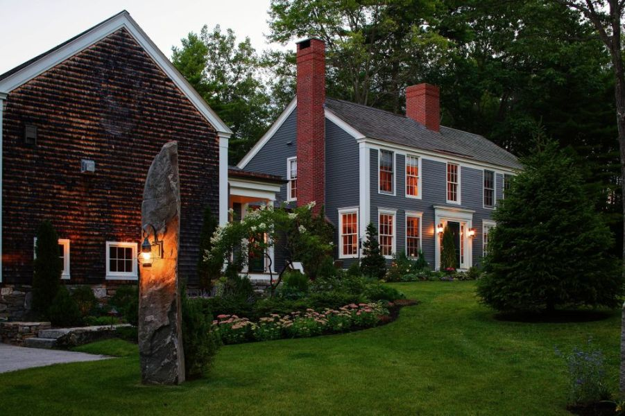 casas estilo colonial moderno con jardin