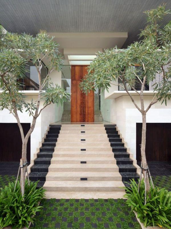 decoración para la entrada de la casa con escalera